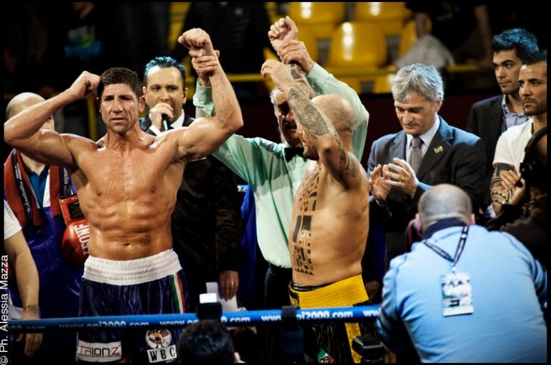 per il titolo mondiale silver dei pesi massimi leggeri WBC, decretato pareggio.